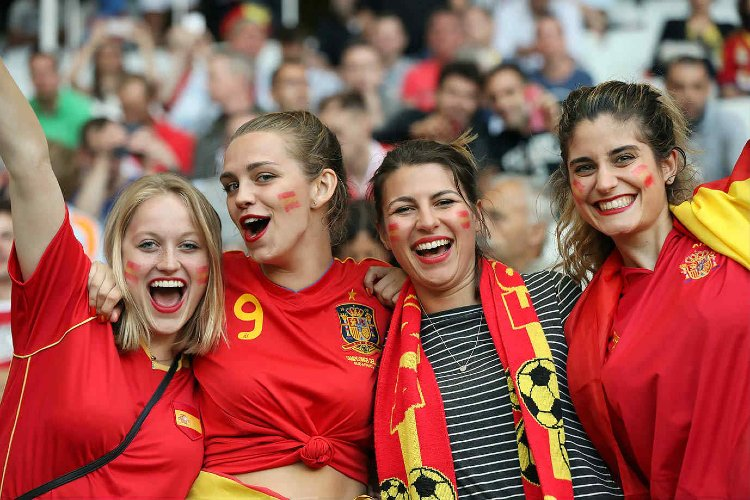 Enjoying football fans pics